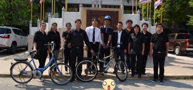 ครูผู้ช่วยทุ่มเทแรงใจแรงกาย ปั่นจักรยานมาสอนเด็กนักเรียน